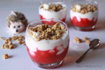 Bicchierini di yogurt e fragole